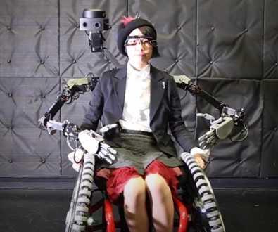 Японские инженеры создали инвалидную коляску с роборуками